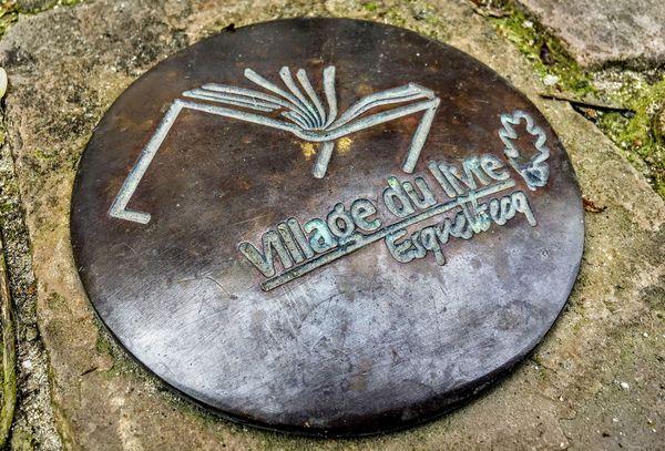 Le blason du village du livre d' Esquelbecq