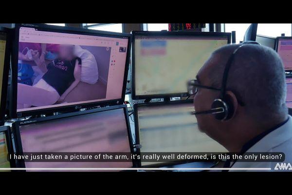 Ici le médecin est en conversation avec le soignant, il lui indique la conduite à tenir face à un bras cassé.