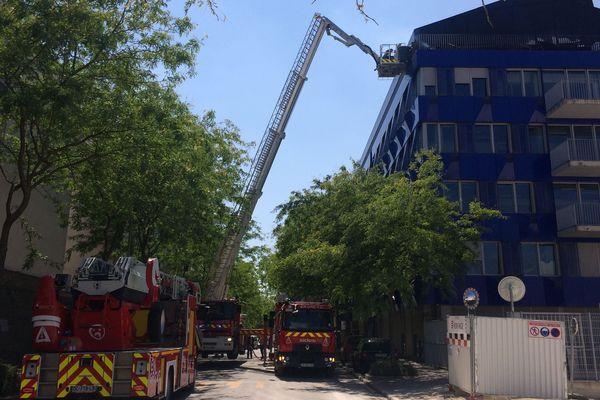 L'incendie a pris au dernier étage de cet immeuble situé rue 6 rue Édouard Mignot à Reims.