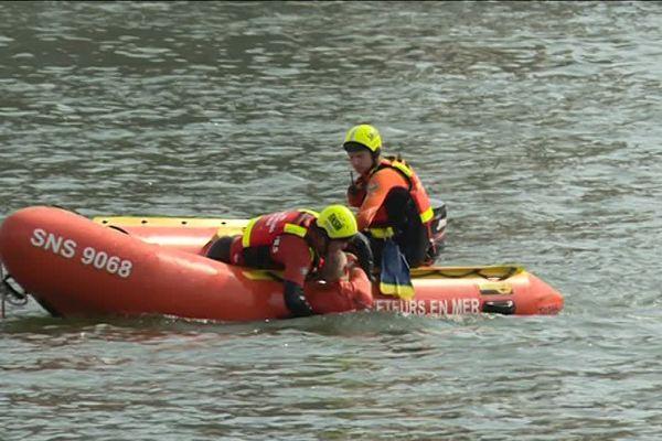 Les futurs secouristes en formation à la SNSM s'entraînent dans la Seine.