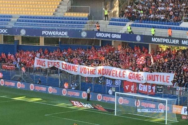 Une banderole des supporters nîmois lors du derby de ligue 1 de football Montpellier - Nîmes - 30 septembre 2018