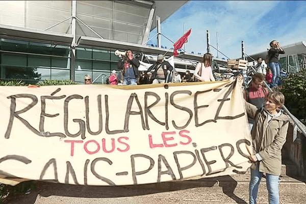 Une marche jusqu'à l'aéroport voisin, pour dénoncer les 10 ans du centre de rétention