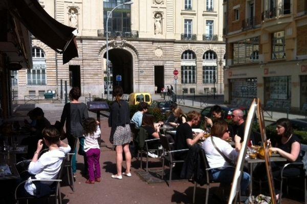 les terrasses des cafés sous le soleil