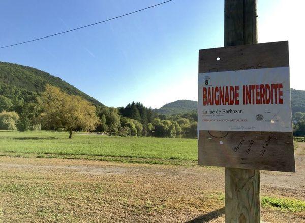La baignade dans ce lac naturel vaseux et dangereux est interdite par arrêté préfectoral.
