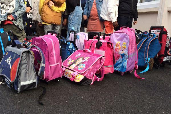 Des cartables au sol ce lundi matin à l'école Le Chatelier à Caen