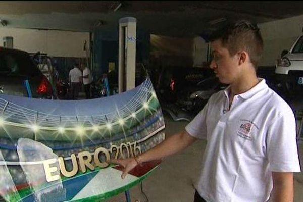 Anthony a obtenu le titre de meilleure apprenti de France grâce à ce capot de voiture aux couleurs de l'Euro et de la France.