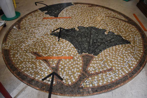 La mosaïque au sol porte actuellement marques de distanciations sociales relatives aux mesures sanitaires contre le covid19.