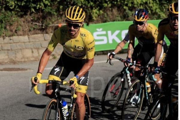 Wout Van Aert remporte la 5ème étape du Tour de France arrivée à Privas en Ardèche. Julian Alaphilippe, quant à lui, perd le maillot jaune de leader.