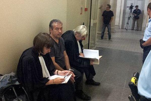 Montpellier - Jean-Louis Cayrou et ses deux avocats au palais de justice, en attente de comparution - 9 septembre 2014.