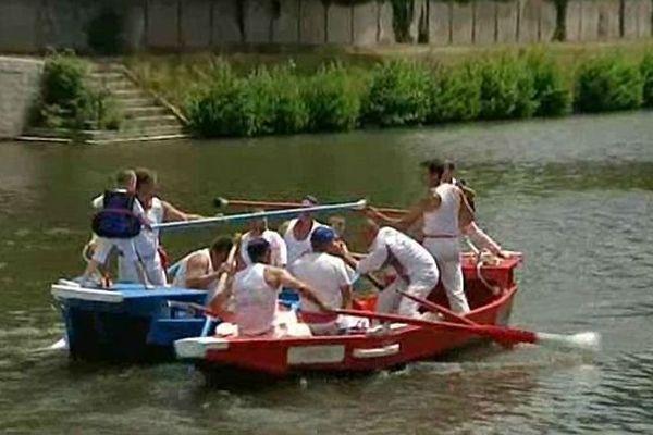 A Clamecy, dans la Nièvre, la tradition des joutes nautiques sur la rivière Yonne remonte au 19e siècle.