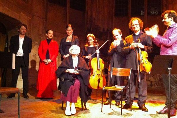 Violette Jacquet Silberstein entourée par les musiciens à Rouen le 8 mai