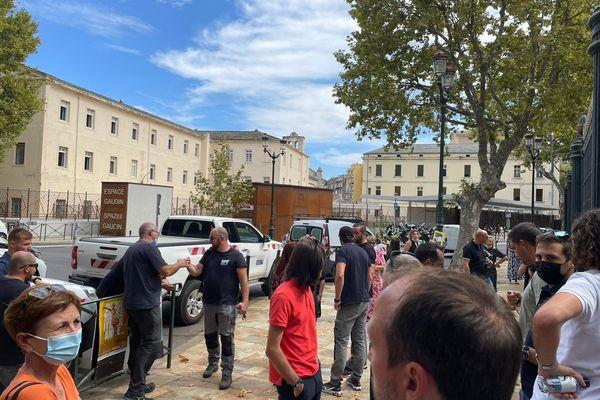Les employés de l'Office rassemblés devant le palais de justice de Bastia.