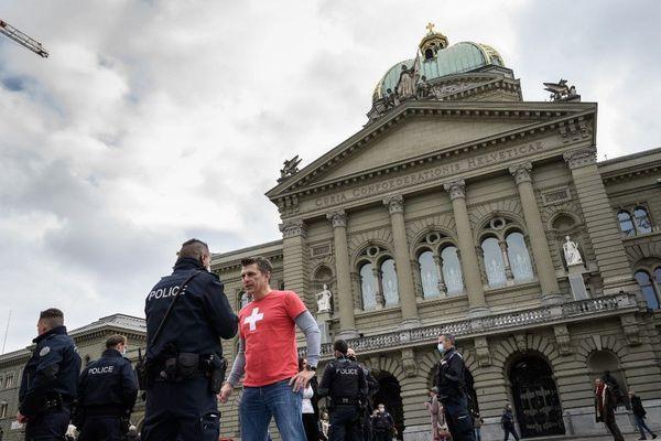 A Berne, ce 18 octobre, le face-à-face a été tendu entre les policiers et les opposants qui manifestaient contre ces nouvelles mesures sanitaires