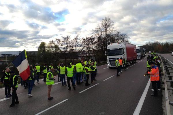 """Un barrage des """"gilets jaunes"""" sur la RCEA  en Saône-et-Loire samedi 24 novembre 2018"""