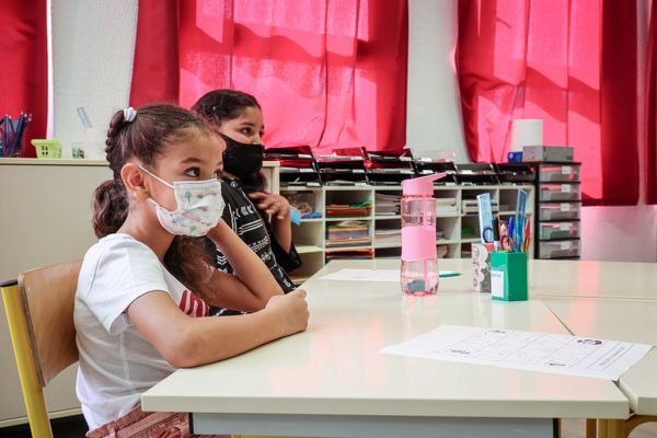 A compter du lundi 11 octobre, dans 21 nouveaux départements, le masque ne sera plus obligatoire à l'intérieur pour les élèves dans les écoles primaires.
