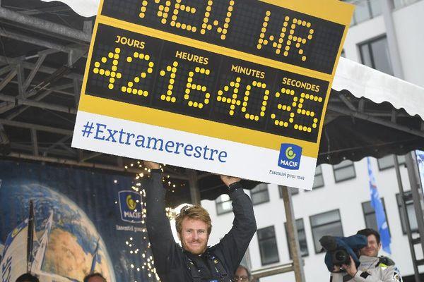Le skipper Francois Gabart célèbre son record du tour de monde en solitaire, lors de son arrivée à Brest le 17 décembre dernier.