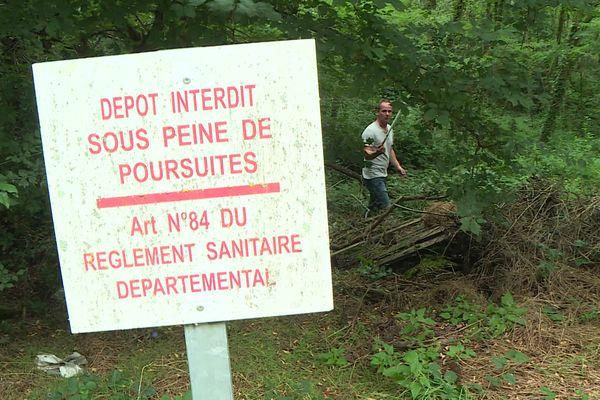 Pascal Serrier a découvert un dépôt sauvage près de la commune de Saint-Nauphary (Tarn-et-Garonne) sous ce panneau d'interdiction.