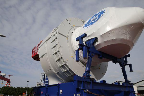 Une turbine GE assemblée à l'usine de Montoir traverse Saint-Nazaire avant d'être embarquée à l'export.