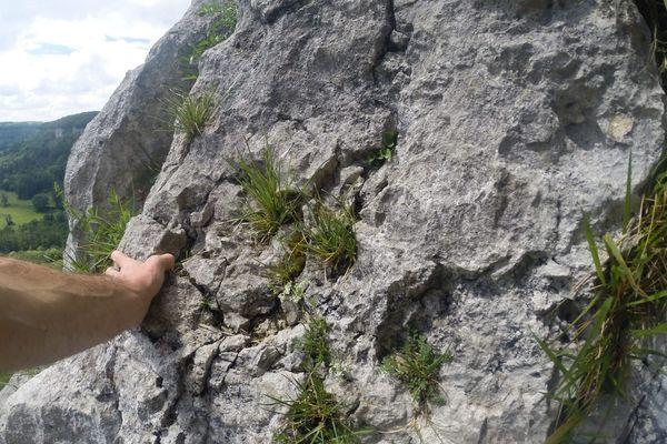 Un jeune homme chute d'une falaise en faisant de l'escalade