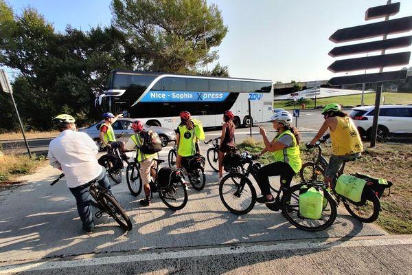 Ce jeudi matin, le petit groupe a mis 45 minutes en vélo pour aller d'Antibes à Garbejaire (Sophia-Antipolis).