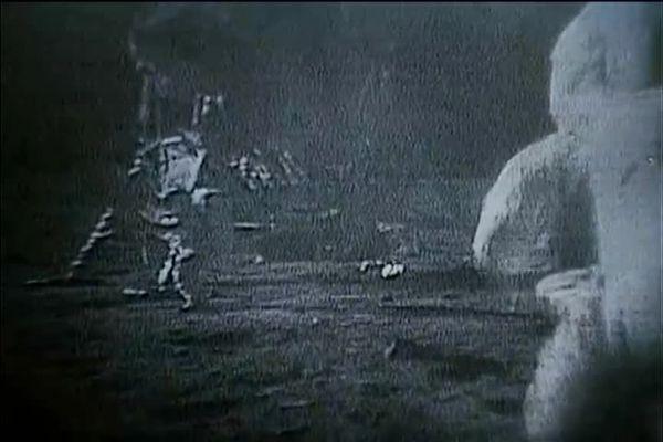 Des astronautes marchent sur la Lune.