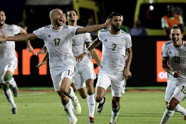 Les joueurs algériens célébrant leur victoire dimanche soir en demi-finale contre le Nigeria.