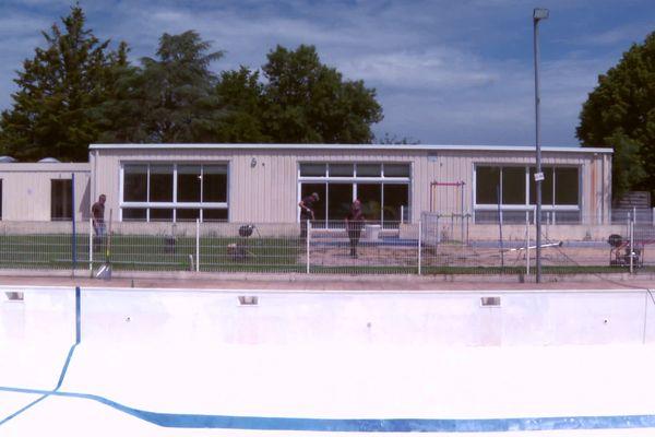 Autour de la piscine, les bénévoles s'activent