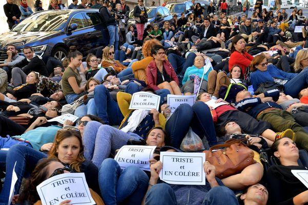 Des professeurs ses ont rassemblés à Marseille devant l'inspection académique après le suicide d'une enseignante.