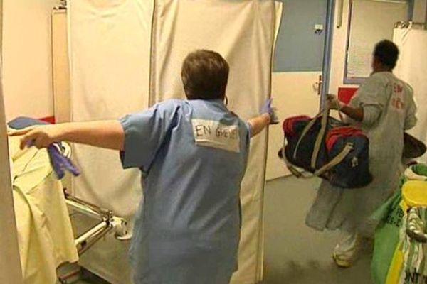 Comme bien d'autres, ce service des urgences du CHU Gabriel Montpied à Clermont-Ferrand est saturé et nombre de patients se retrouvent alités dans le couloir par manque de place.