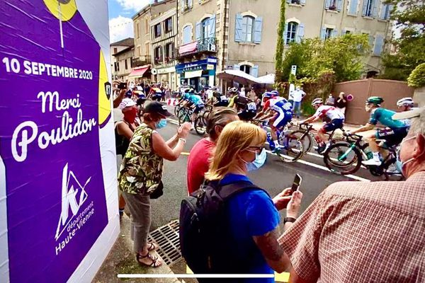 Le peloton du tour de France dans la traversée de Saint-Léonard-de-Noblat, le 10 septembre 2020.
