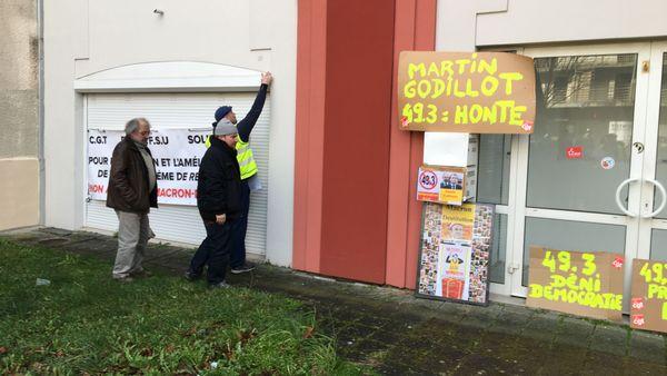 pancartes devant la permanence de Didier Martin