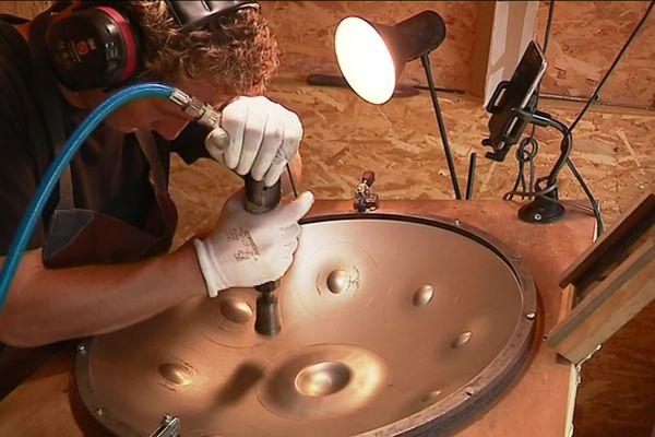 Florence Recouvreux dans son atelier de fabrication de hand pan