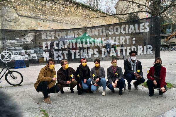Les sept militants et les associations dont ils dépendent ont organisé une conférence de presse devant le tribunal de Bordeaux avant l'audience.