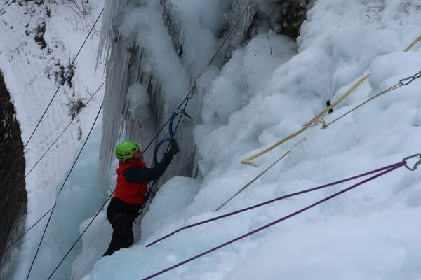 Un grimpeur escalade une cascade de glace le 10 janvier 2020 dans le Queyras.