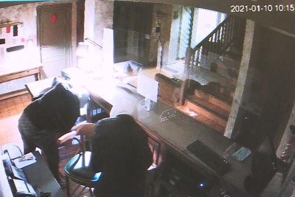 Les cambrioleurs ont été filmés grâce aux caméras de vidéo-surveillance de l'établissement.