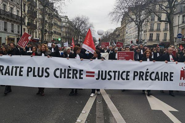 Les professions libérales, réunies en collectif SOS Retraite, lors d'une manifestation à Paris le 16 septembre 2019 pour conserver leur régime autonome de retraite.