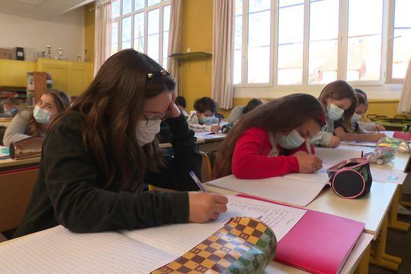 Selon les dernières données de Santé publique France, le taux d'incidence inférieur à 50 dans l'Aisne, le Pas-de-Calais et la Somme autoriseraient ces trois départements des Hauts-de-France à lever l'obligation du port du masque à l'école primaire.