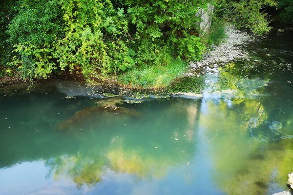 La rivière la Furieuse s'est couverte d'un voile caractéristique d'une pollution aux hydrocarbures.