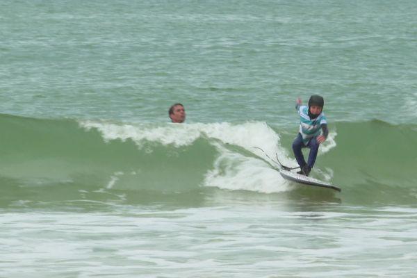 Le bonheur de retrouver les vagues pour ces jeunes licenciés en surf de Capbreton dans les Landes.