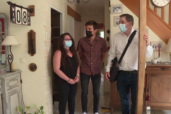 Yoann et Jeanne, ici avec leur agent immobilier, cherchent à acheter à Yvré l'Evêque