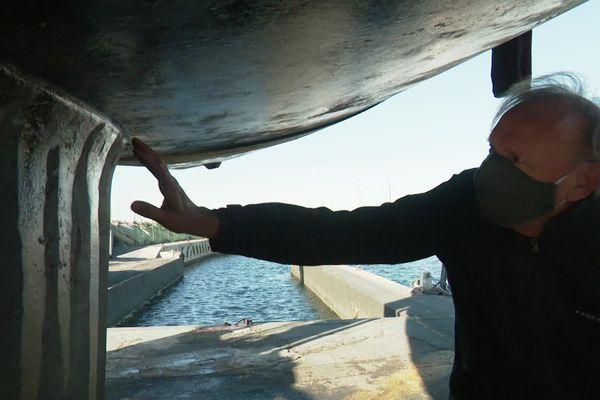 Jean-Pierre Urso, expert, vérifie la quille d'un voilier neuf avant sa première mise à l'eau.