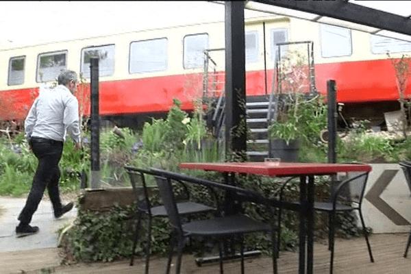"""Dans le jardin de son restaurant, Michel Chouteau a aménagé des chambres d'hôte dans un autorail """"Picasso"""""""