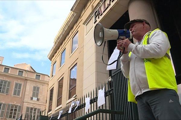 Roland Veuillet, gilet jaune et militant syndical gardois, devant le palais de justice de Nîmes. 2019