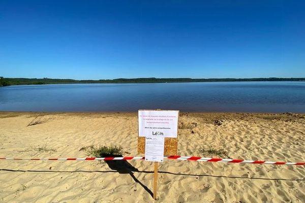 La plage du lac Léon dans les Landes fermée à la baignade en raison de la présence importante de cyanobactéries.