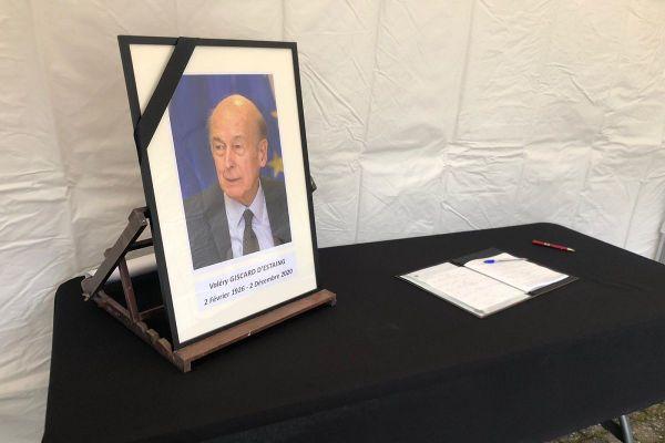 A Chamalières (Puy-de-Dôme), un livre de condoléances a été mis en place ce jeudi 3 novembre, pour que les anciens administrés de Valéry Giscard d'Estaing puissent rendre hommage à leur président.