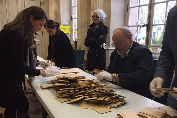A 18h00, à la clôture du bureau de vote A1 de la vieille ville de Belfort, il y a une centaine de votants en moins par rapport à 2014.