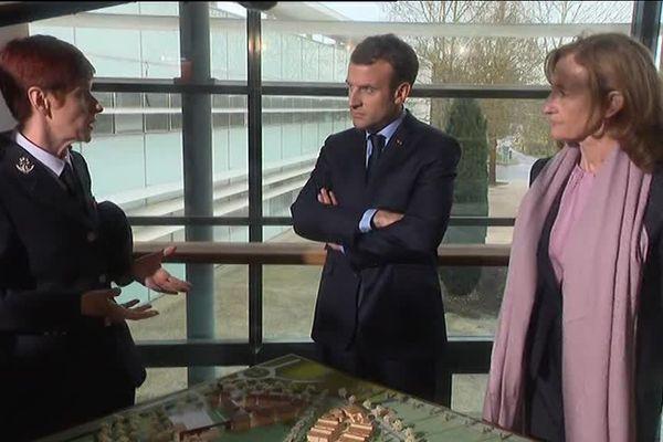 Emmanuel Macron entouré de la directrice de l'ENAP Sophie Bluet et la ministre de la Justice Nicole Belloubet