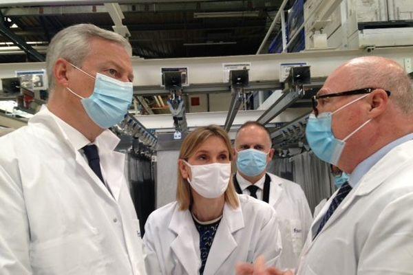 Le ministre de l'Economie, Bruno Le Maire, en visite à l'usine Faurecia de Méru dans l'Oise le 9 juillet 2020