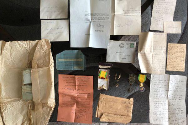 """Des lettres, des télégrammes, des médailles : le """"trésor"""" retrouvé dans un coffre-fort appartenait à une famille d'Argentan"""