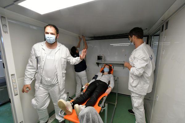 L'hôpital mobile se monte en 20 à 45 minutes selon les terrains. Il peut rendre en charge 18 patients.
